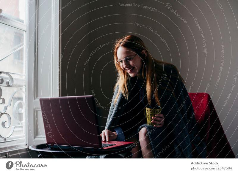 Frau im Sessel mit Laptop und Kaffee trinken heimwärts Jugendliche schön Fürsorge besinnlich hübsch Beautyfotografie Glück Raum niedlich genießen Porträt blond