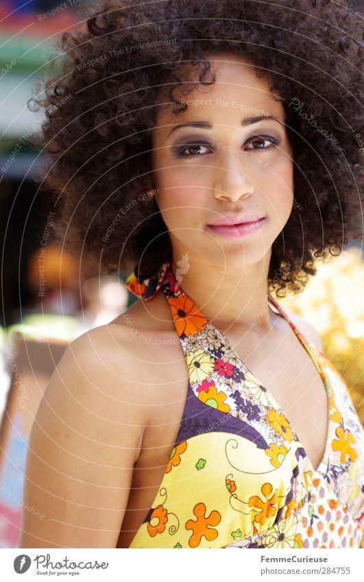 Sommerlich. feminin Junge Frau Jugendliche Erwachsene 1 Mensch 18-30 Jahre Fröhlichkeit Afroamerikaner Afro-Look Kleid Sommerkleid mehrfarbig Muster