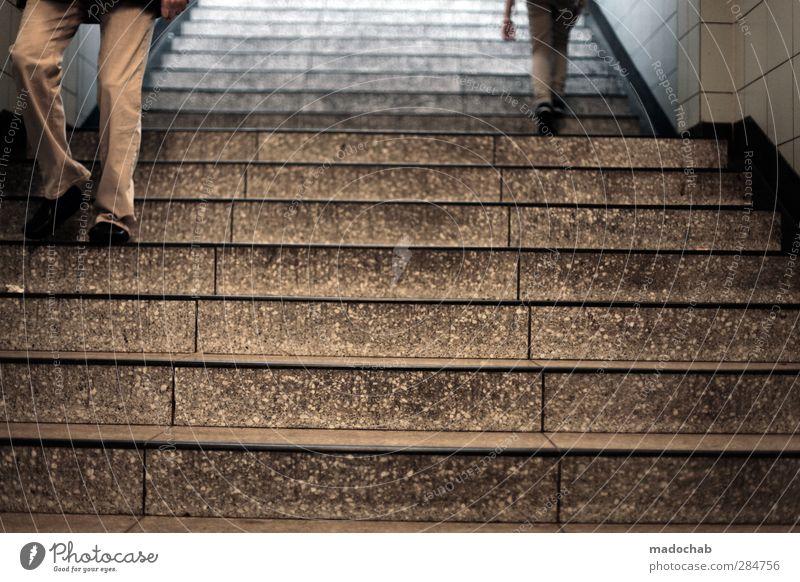 Auf & ab Mensch Mann Stadt Einsamkeit Erwachsene Leben Bewegung Wege & Pfade Architektur Beine gehen Treppe Zufriedenheit Erfolg Geschwindigkeit trist