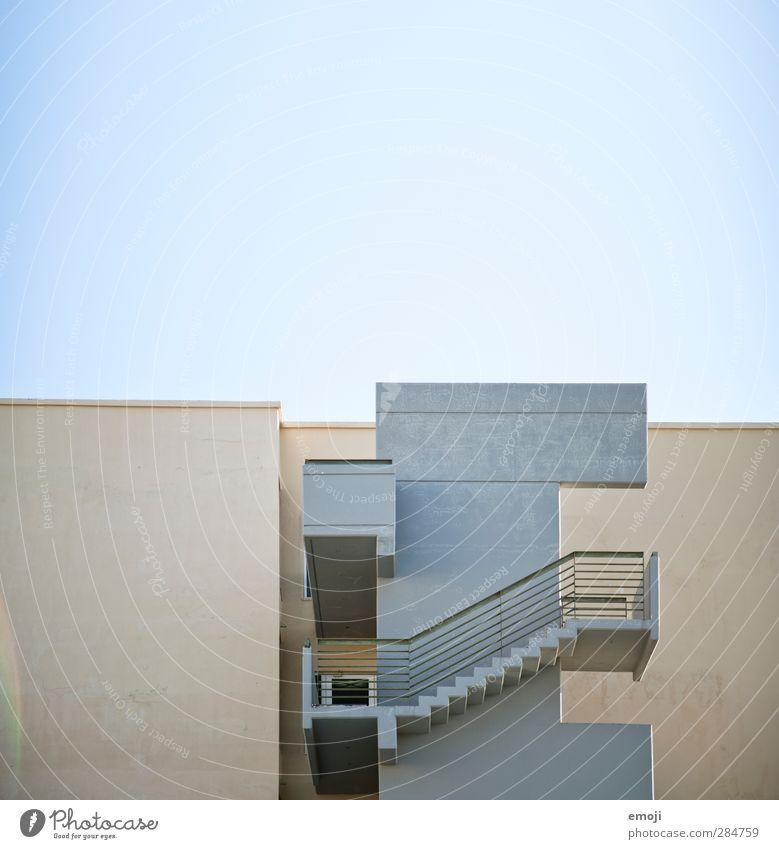 Hotel Menschenleer Haus Mauer Wand Treppe Fassade Flachdach Stadt grau Farbfoto Gedeckte Farben Außenaufnahme Textfreiraum oben Hintergrund neutral Tag