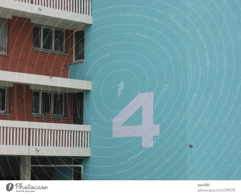 4. Haus Hausnummer Ziffern & Zahlen Nummernschild Balkon Gebäude Block Architektur