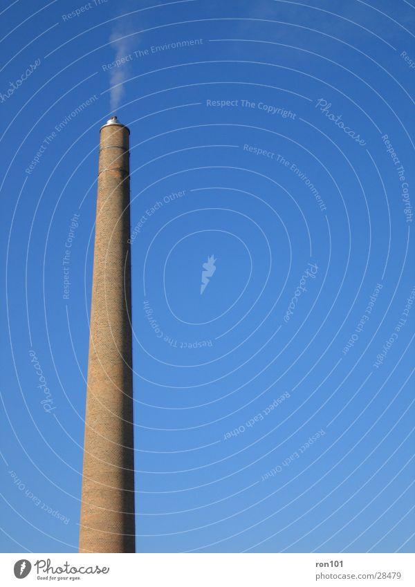 auspuff Backstein Architektur Schornstein Himmel blau Rauch Menschenleer Außenaufnahme Farbfoto Textfreiraum rechts 1 Abgas Ziegelbauweise hoch rund wenige