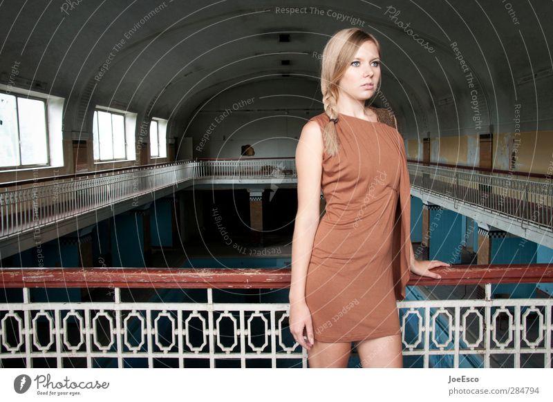 #235055 Lifestyle Reichtum elegant Stil Raum ausgehen Feste & Feiern Frau Erwachsene Leben 1 Mensch 18-30 Jahre Jugendliche Bauwerk Mode Kleid blond beobachten