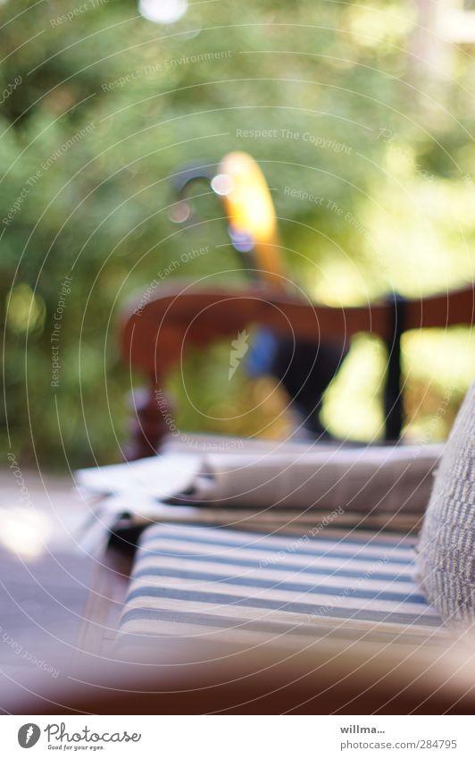 umwerfend Erholung Garten Freizeit & Hobby Häusliches Leben Schönes Wetter Regenschirm Zeitung Nostalgie gestreift Geborgenheit antik Zeitschrift Stuhllehne blau-weiß Gartenbank Sonntagmorgen