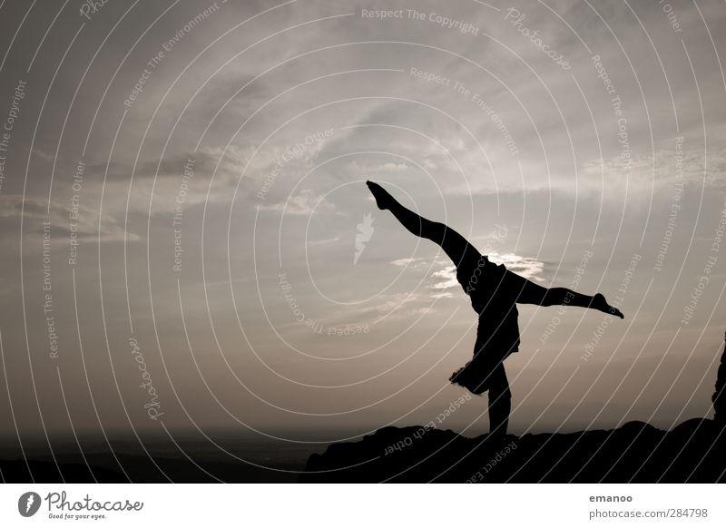 stehen bleiben! Mensch Frau Himmel Jugendliche Freude Wolken Landschaft Erwachsene Junge Frau Berge u. Gebirge feminin Sport Bewegung grau Körper Kraft