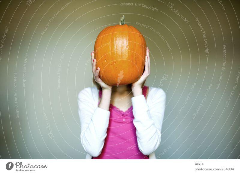 Kürbiskopf Lebensmittel Gemüse Ernährung Mädchen Kindheit Jugendliche Körper 1 Mensch 13-18 Jahre orange Kürbiszeit Halloween verdeckt verstecken Farbfoto