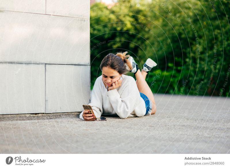 Mädchen beim Telefonieren im Liegen auf dem Boden Frau Jugendliche PDA Youngster Technik & Technologie Internet Verbindung Kultur auf die Hand gestützt