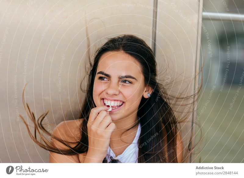 Fröhliches Mädchen, das mit Popcorn posiert. Frau Youngster Popkorn Lächeln heiter Stadt Schickimicki Stil Bekleidung Porträt Körperhaltung Snack