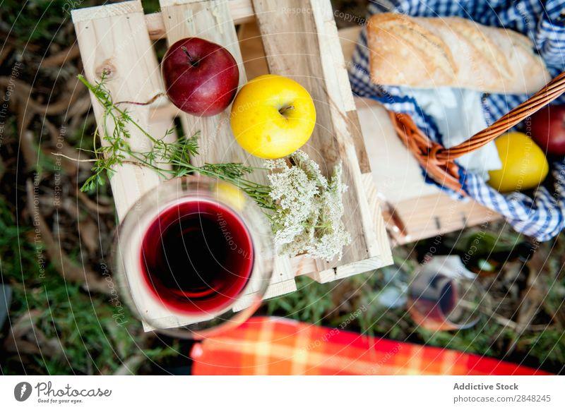 Weinglas und Äpfel Apfel Picknick Lebensmittel Blume Kasten rot Sommer Korb Frucht Park Brot Mahlzeit Gras Glas Frühling Mittagessen Freizeit & Hobby romantisch