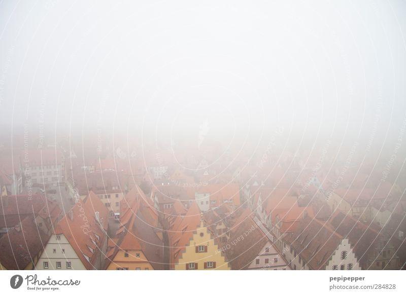 Rothenburg ob der Tauber alt Haus Ferne Fenster Wand Mauer Stein Horizont Wohnung Fassade Nebel Tourismus Häusliches Leben Dach Bauwerk historisch