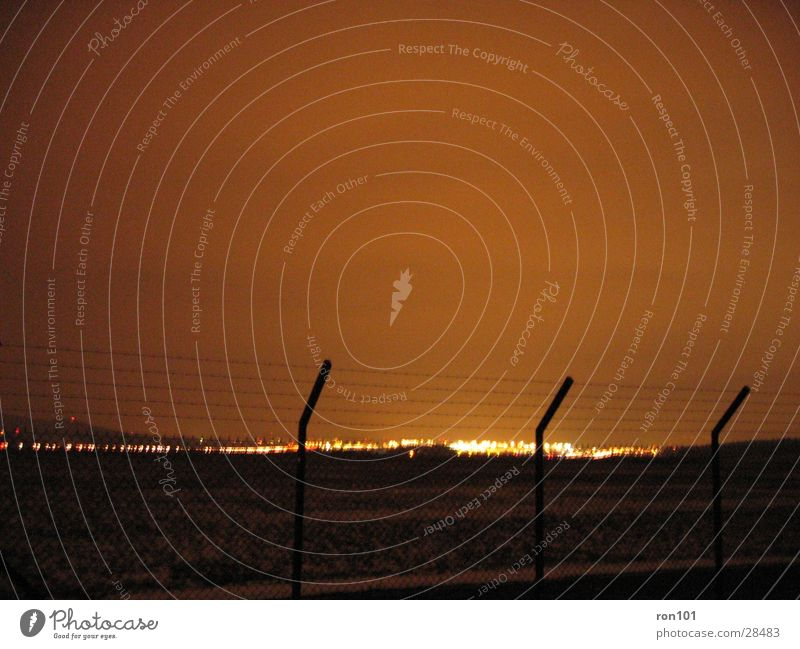 _.:zAUn:._ Beleuchtung Flughafen Zaun Stacheldraht