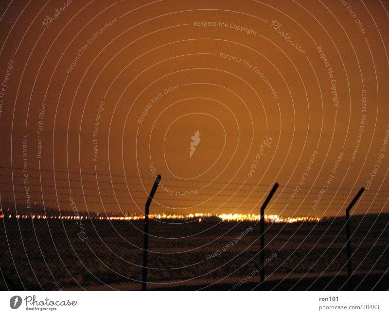 _.:zAUn:._ Zaun Stacheldraht Licht Nacht Langzeitbelichtung Beleuchtung Flughafen