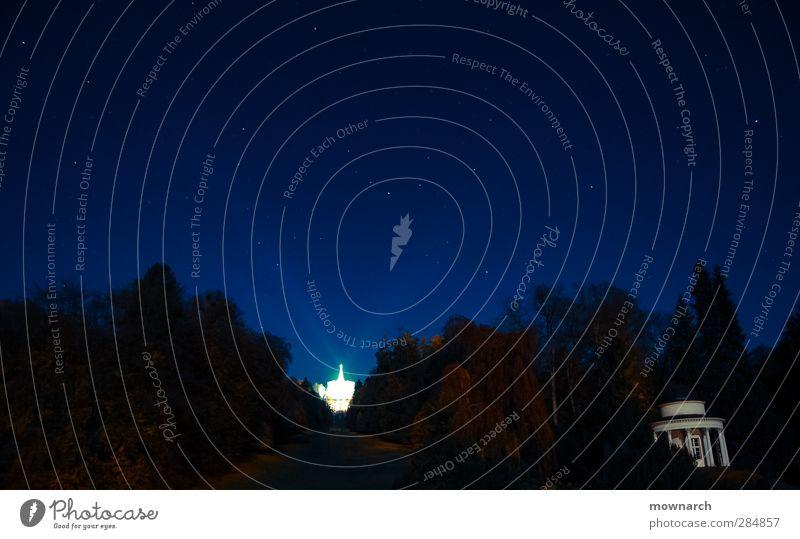 Ein Schein in der Nacht Natur Baum ruhig Landschaft Ferne Beleuchtung Park Stern Hügel Weltall Gelassenheit Wahrzeichen Wolkenloser Himmel Skulptur