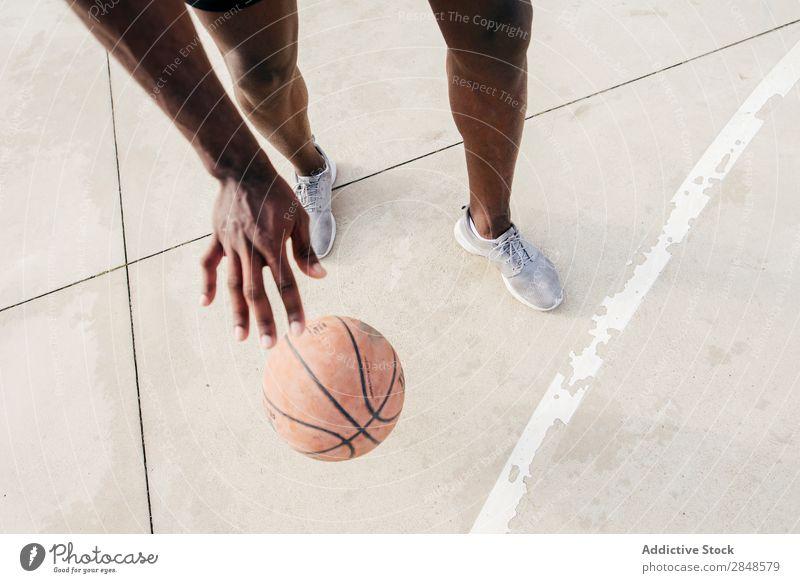 Getreidemann mit Basketball Mann Ball Straßenball Spielen rennen Sportpark in Bewegung sportlich Fitness Freizeit & Hobby Stadt Aktion Spieler Jugendliche