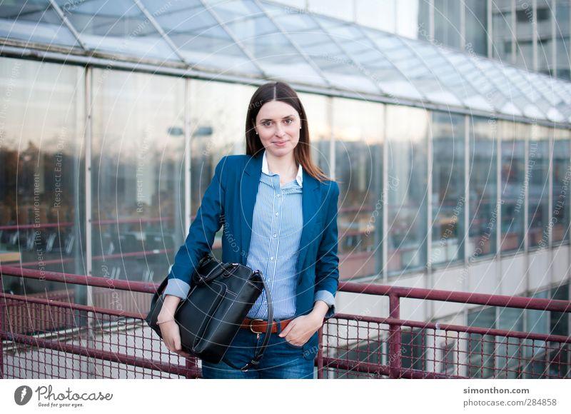 Bildung Mensch Jugendliche Erwachsene feminin Schule 18-30 Jahre Business Büro Arbeit & Erwerbstätigkeit Erfolg lernen Studium Industrie Bildung Geldinstitut Student