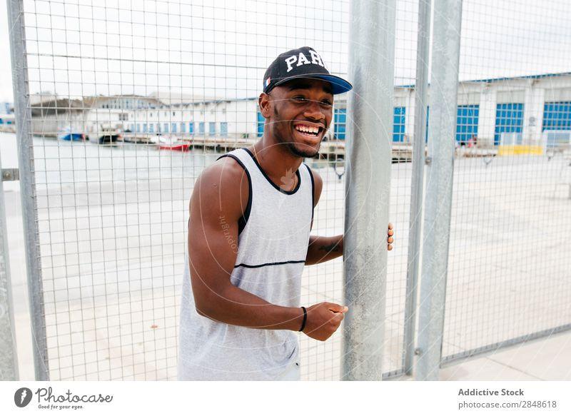 Schwarzer Mann, der auf einem Sportplatz posiert. Sportpark Körperhaltung schwarz Stadt selbstbewußt Afroamerikaner Freizeit & Hobby Erwachsene stark Sportler