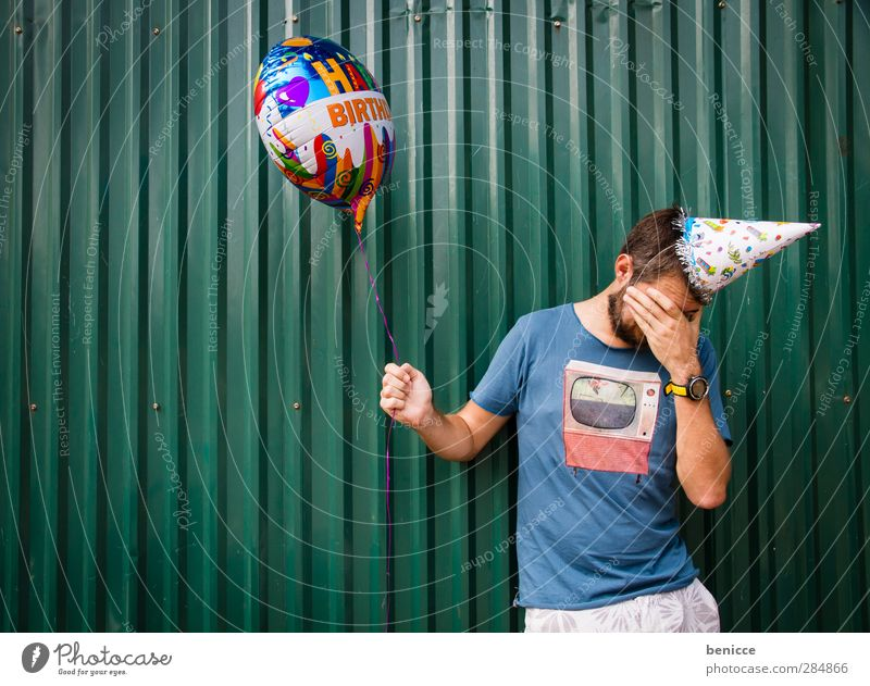 Getting older Geburtstag Mensch Mann Jugendliche Junger Mann alt Luftballon Partyhut Wand weinen Enttäuschung Traurigkeit Tränen festhalten grün Humor lustig