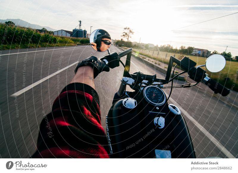 Anonymer Mann auf der Fahrradroute Motorrad Straße Landschaft Ferien & Urlaub & Reisen Verkehr Freiheit Laufwerk Reisender Autobahn Tourismus extrem Bewegung