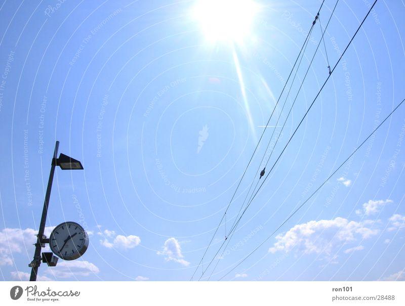 13:34 Uhr Leitung Lampe Zeit Wolken Verkehr Himmel Sonne Kabel blau Station