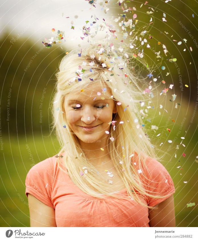 Konfetzi feminin Junge Frau Jugendliche Gesicht 1 Mensch 18-30 Jahre Erwachsene blond Glück Leben Lebensfreude Leichtigkeit Freude Farbfoto Außenaufnahme Tag
