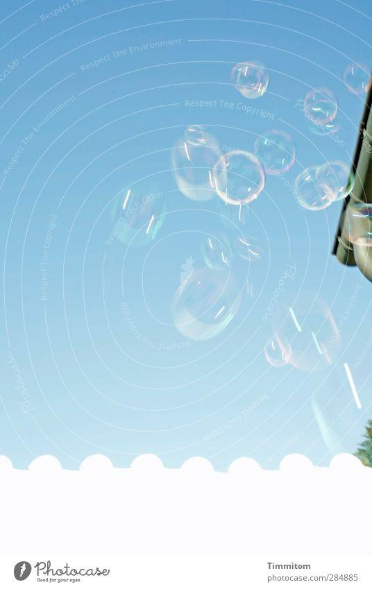 Tutti Frutti Kunst Himmel Wolkenloser Himmel Mauer Wand Dachrinne Seifenblase fliegen ästhetisch Fröhlichkeit blau weiß Gefühle Freude Leichtigkeit Farbfoto