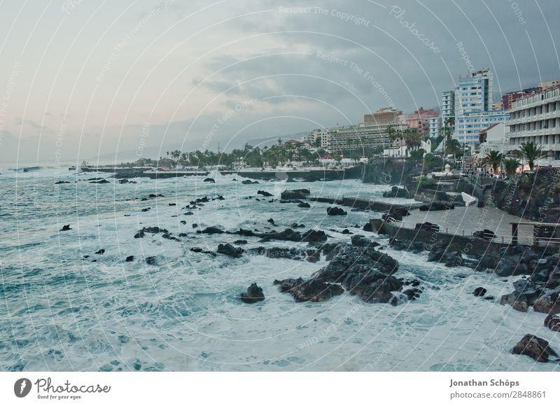 Küste in Puerto de la Cruz, Teneriffa Natur Stadt Hafenstadt ästhetisch Kanaren Spanien Atlantik Meer Wellen Strand blau Dämmerung Skyline Felsen Uferpromenade