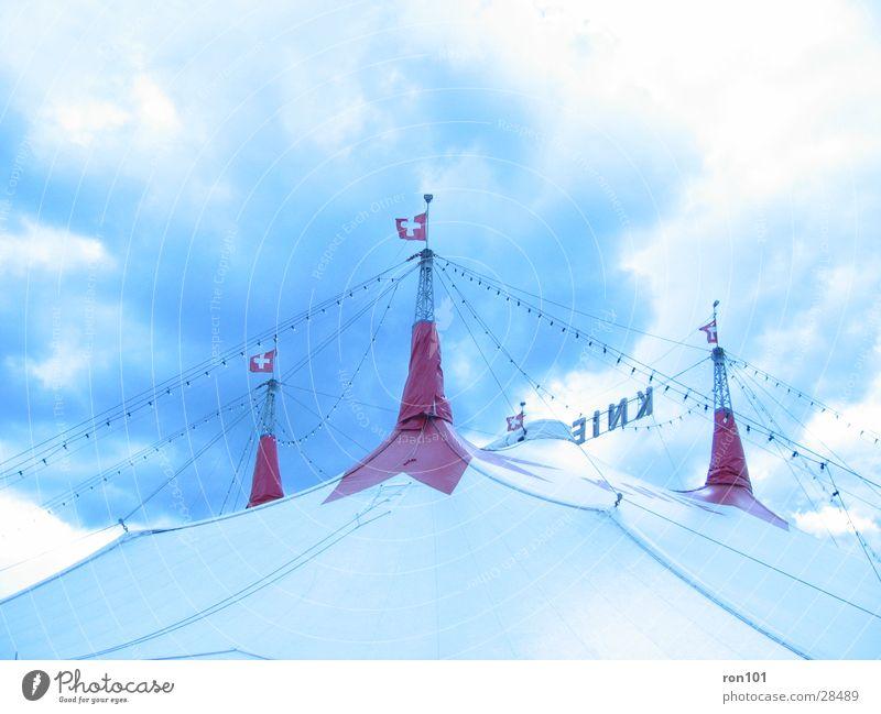 Circus Himmel blau weiß rot Wolken Zelt Zirkus Zirkuszelt
