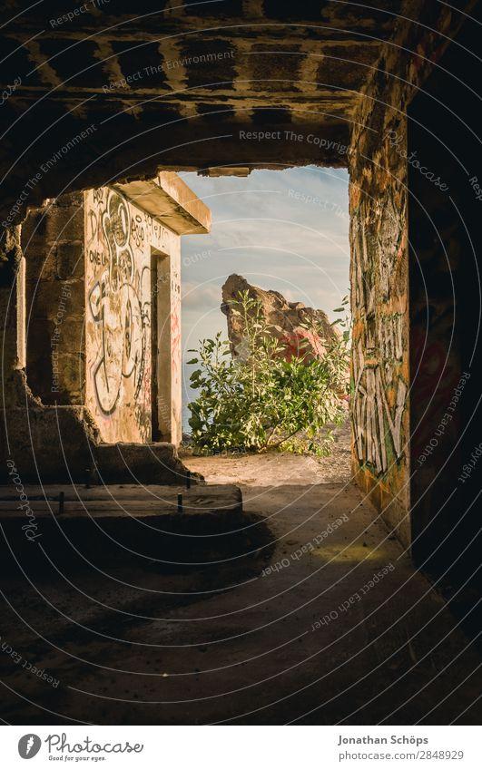 Druchgang in verlassenem Gebäude Natur Meer Fenster Graffiti Religion & Glaube Küste außergewöhnlich Tod leuchten Aussicht Lebensfreude Hoffnung Ostern Mut
