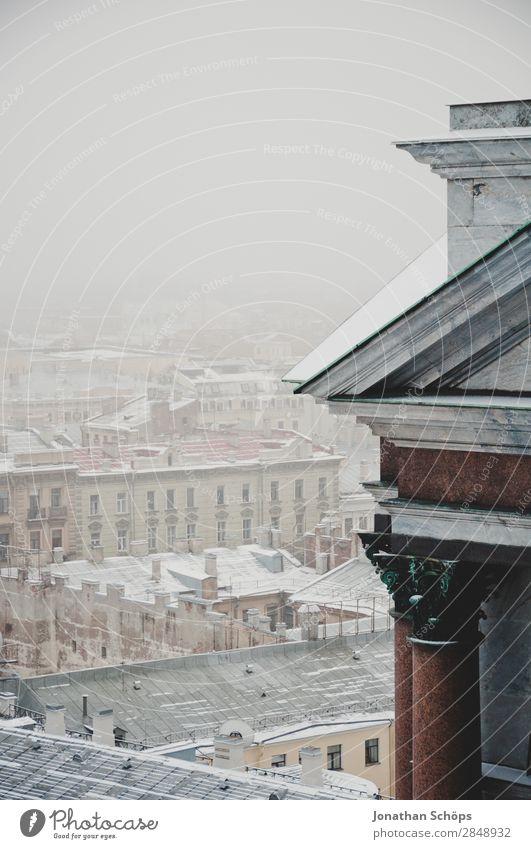 Schneebedeckte Dächer in St. Petersburg Stadt Hauptstadt Stadtzentrum ästhetisch Winter Winterstimmung massiv Architektur kalt Russland Nebel Nebelschleier