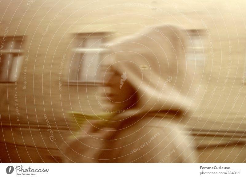 Anonym. feminin Junge Frau Jugendliche Erwachsene Kopf 1 Mensch 18-30 Jahre Bewegung Einsamkeit schleichen Kapuze geheimnisvoll Neubau Fenster beige braun