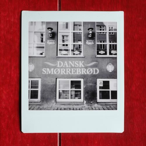 Delikatessen Fassade retro Dänisch Dänemark Smørrebrød Schwarzweißfoto Essen Außenaufnahme Lomografie Polaroid Menschenleer Textfreiraum oben