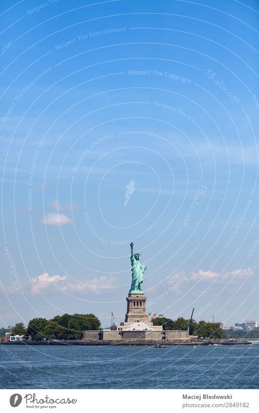 Freiheitsstatue vor dem blauen Himmel, New York. Ferien & Urlaub & Reisen Tourismus Städtereise Insel Fluss Wahrzeichen Denkmal historisch Inspiration Mut