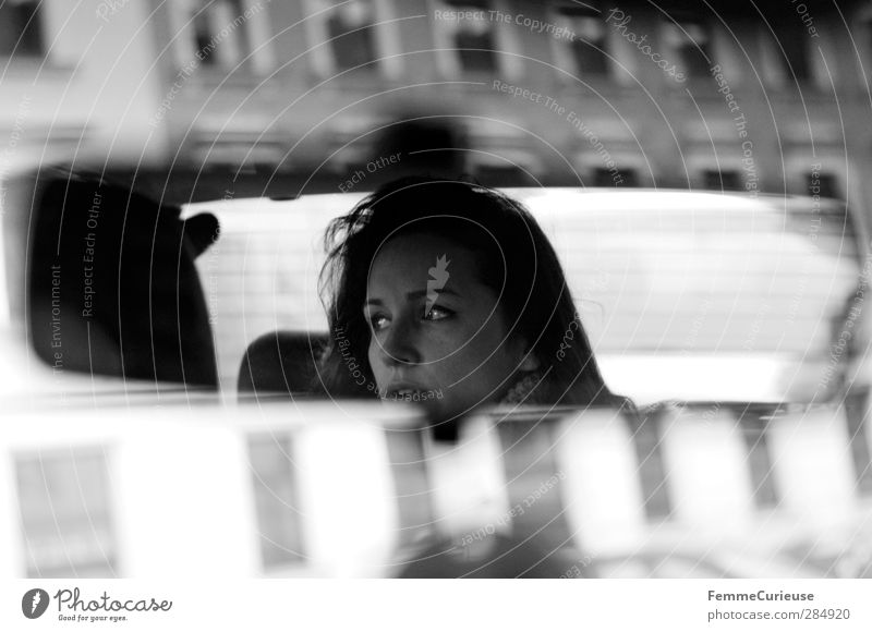 Rückspiegelansicht. Mensch Frau Jugendliche Stadt schön Erwachsene Gesicht Fenster Junge Frau Straße feminin Bewegung Haare & Frisuren Kopf Autofenster