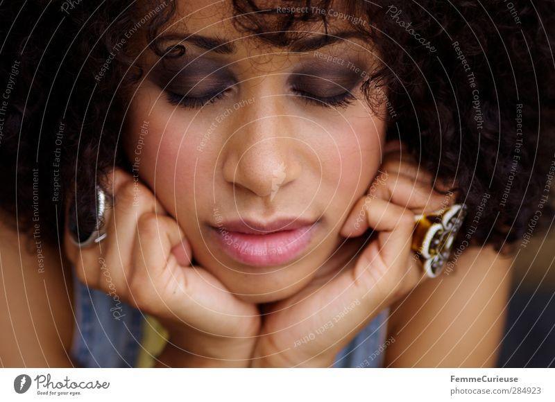 Ruhe. Lifestyle elegant Stil schön Körperpflege Kosmetik Schminke Lippenstift Wimperntusche Rouge Junge Frau Jugendliche Erwachsene Kopf Haare & Frisuren