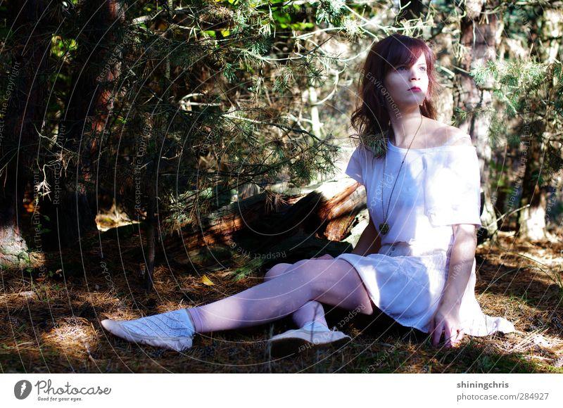 vor dem apfel schön Lippenstift feminin Frau Erwachsene 1 Mensch 30-45 Jahre Erde Herbst Tanne Tannennadel Wald Mode T-Shirt Rock brünett langhaarig Locken