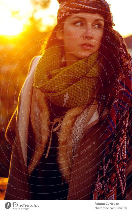 Herbstwärme. Lifestyle Stil schön Junge Frau Jugendliche Erwachsene Haare & Frisuren Gesicht 1 Mensch 18-30 Jahre Horizont Identität einzigartig Natur Stadt