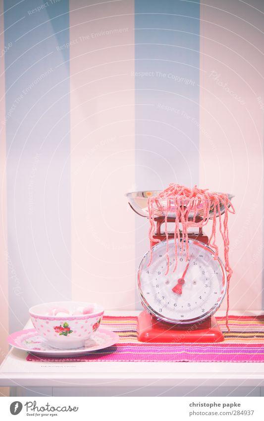 welcome to the candyshop Lebensmittel Süßwaren Ernährung Diät Tasse Waage Kitsch süß rosa Sucht erdbeerschnüre Schnur abwiegen Retro-Farben Zucker Zuckerstange