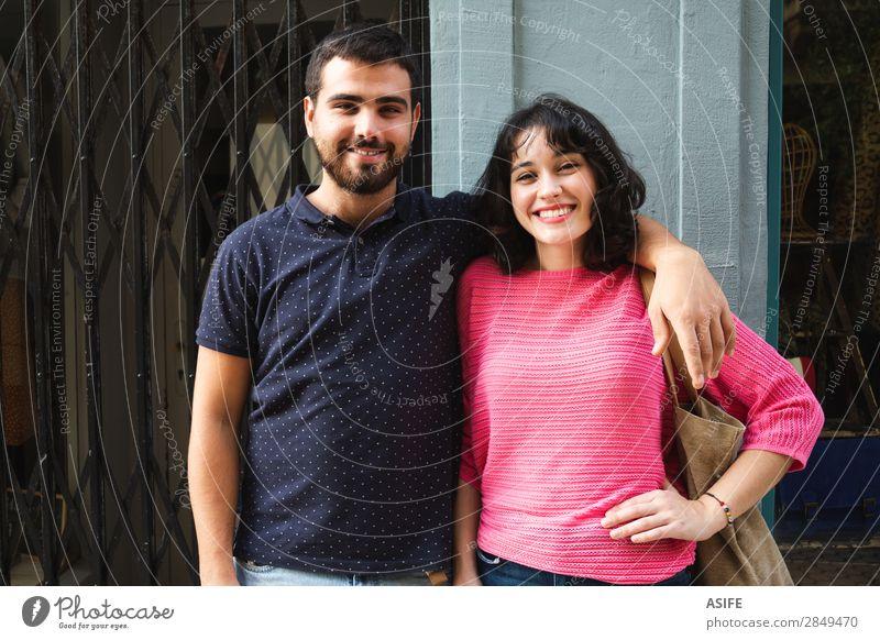 Fröhliches und attraktives Portrait eines jungen Paares Lifestyle kaufen Freude Glück schön Sommer Frau Erwachsene Mann Freundschaft Straße T-Shirt Pullover