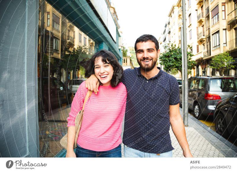 Liebe und Spaß beim Spazierengehen auf der Straße Lifestyle kaufen Freude Glück schön Sommer wandern Frau Erwachsene Mann Freundschaft Paar T-Shirt Pullover