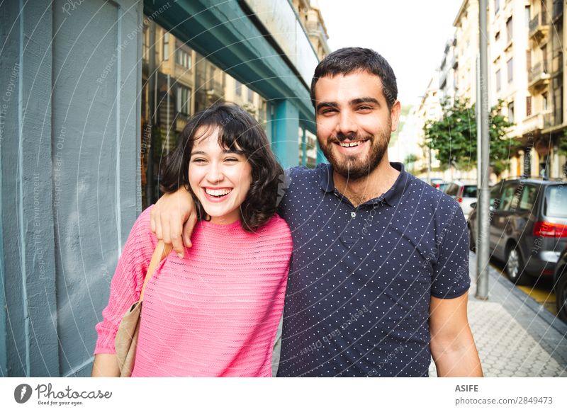 Junges Paar mit Spaß auf der Straße Lifestyle kaufen Freude Glück schön Sommer wandern Frau Erwachsene Mann Freundschaft T-Shirt Pullover Vollbart Lächeln