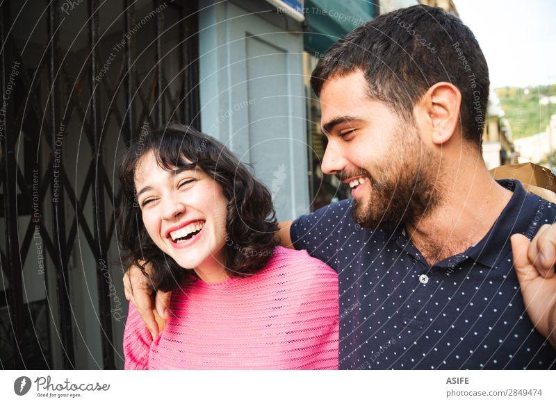 Lachendes Paar auf der Straße Lifestyle kaufen Freude Glück schön Sommer wandern Frau Erwachsene Mann Freundschaft T-Shirt Pullover Vollbart Lächeln lachen