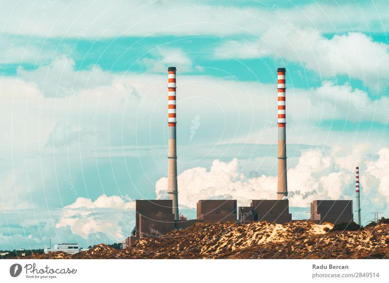 Roter und weißer Schornstein der Kraftwerksfabrik Energiewirtschaft Erneuerbare Energie Kohlekraftwerk Industrie Umwelt Landschaft Klima Klimawandel Stadtrand