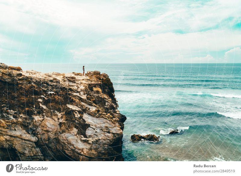 Landschaft und Seelandschaft Blick auf den Ozean in der Algarve, Portugal Mensch feminin Junge Frau Jugendliche Erwachsene 1 18-30 Jahre Umwelt Natur Wasser