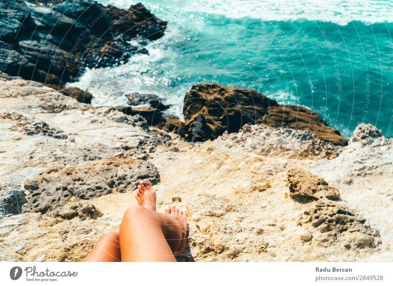 Frau, die die schöne Landschaft der Algarve bewundert, Portugal Mensch feminin Junge Frau Jugendliche Erwachsene Beine 1 18-30 Jahre Umwelt Natur Wasser Sommer