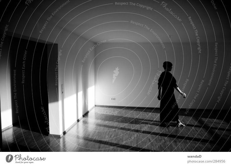 _________________ Frau Erwachsene Körper 30-45 Jahre Wand Denken gehen Häusliches Leben dunkel elegant Gelassenheit geduldig ruhig Selbstbeherrschung Freiheit