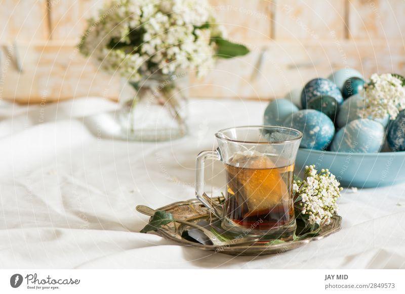 Natürlich gefärbte osterblaue Eier und Teetasse, Lebensmittel Frühstück Getränk Teller Tasse Becher schön Dekoration & Verzierung Feste & Feiern Ostern Blume
