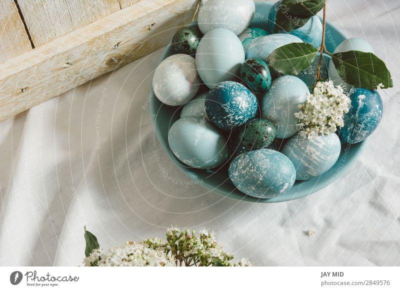Blaue Ostereier auf dem Tisch. Teezeit. Lebensmittel Frühstück schön Dekoration & Verzierung Feste & Feiern Ostern Weihnachten & Advent Blume blau grün weiß