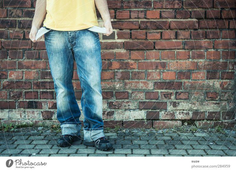 Einkommensbescheid Mensch Mann Jugendliche blau Hand rot Erwachsene Wand Mauer Stil Mode 18-30 Jahre Schuhe Arme Freizeit & Hobby maskulin