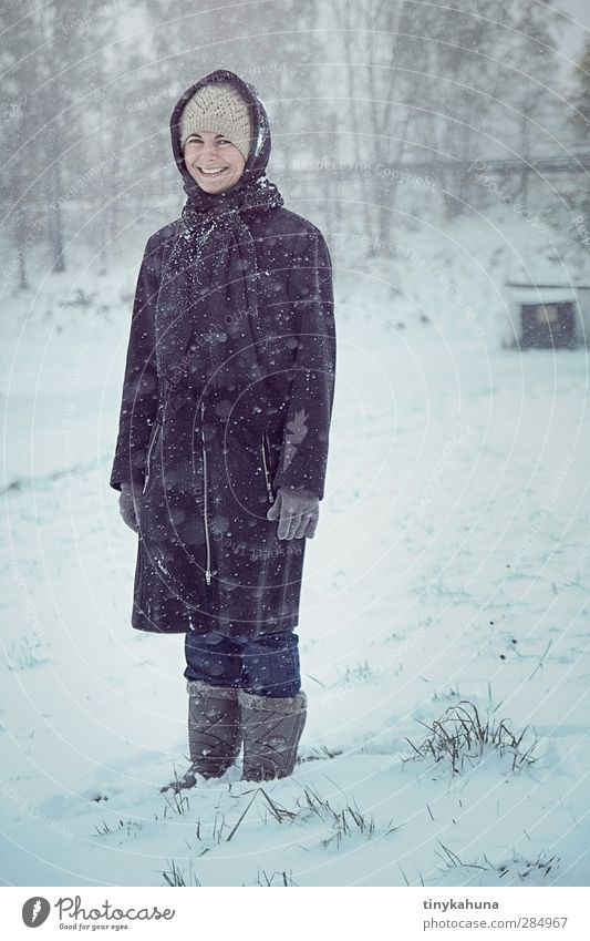 Frau Wolle Mensch Jugendliche Winter Erwachsene Junge Frau Wiese kalt feminin Schnee Schneefall Fröhlichkeit Lächeln niedlich Schutz Mütze Stiefel