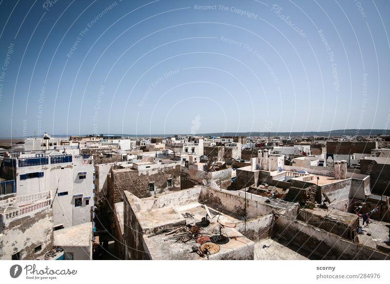 Marrokanische Dächer Kleinstadt Hafenstadt Altstadt Menschenleer Haus Hütte Architektur Fassade Balkon Terrasse Dach exotisch kalt blau grau Fernweh ästhetisch